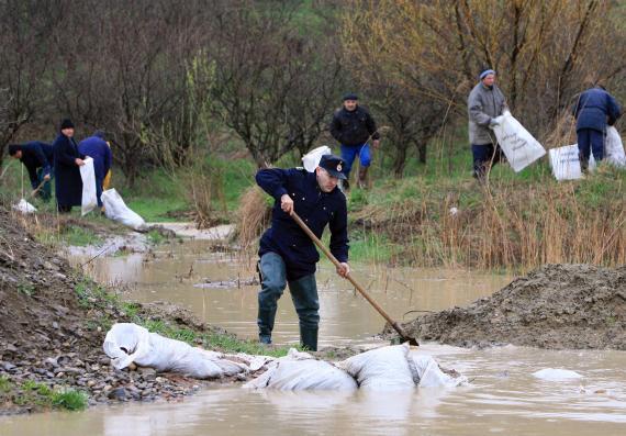 Inundatii in mai multe localitati din Prahova