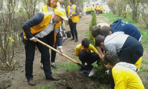 Lions Club Ploiesti, alaturi de copii la plantare de copaci