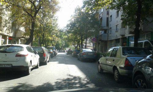 FOTO Prahova Business:12 masini parcate pe ambele sensuri pe o strada din centrul Ploiestiului unde ar trebui blocate rotile!