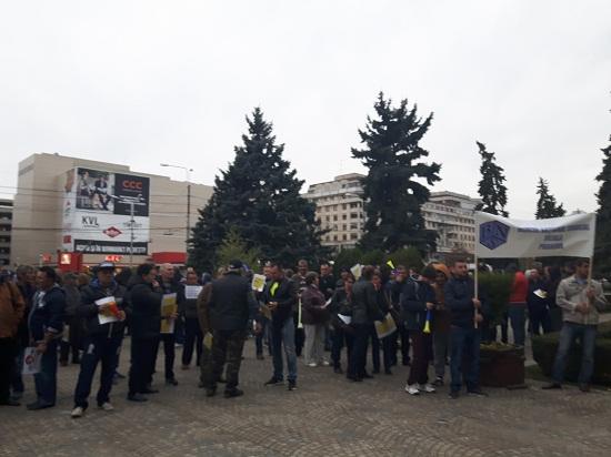 Proteste la Ploiesti. Sindicalistii BNS au pichetat Prefectura Prahova