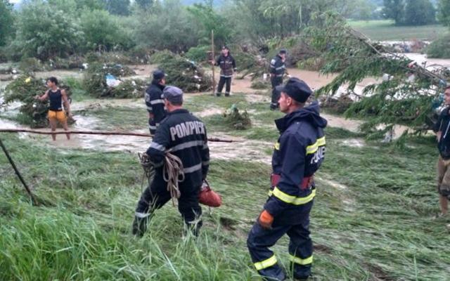 ABSOLUT IMPRESIONANT: 426 de pompieri prahoveni reincep sambata cautarile celui de-al patrulea copil luat de viituri la Sangeru