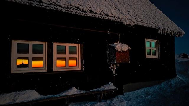 UNICAT: Rasaritul de azi reflectat in ferestrele cabanei situate la cea mai mare inaltime inCarpati