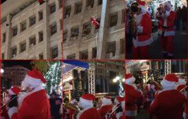 Un Mos sprinten a coborat tocmai de pe cladirea Palatului Administrativ din Ploiesti, spre uimirea si bucuria tuturor!