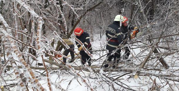 """Vantul puternic a… """"chemat"""" pompierii pe mai multe drumuri din Prahova! Din fericire, NU au fost victime!"""